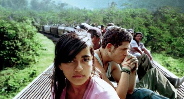 Sayra (Paulina Gaitan) and Willy (Édgar Flores) on the train.