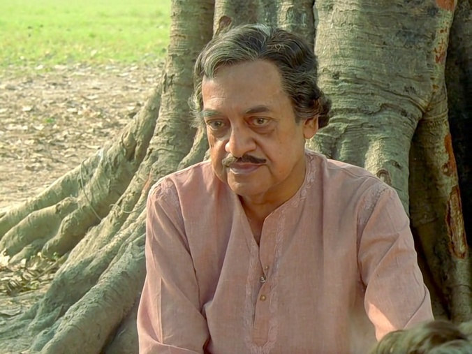 Utpal Dutt as the stranger (Uncle Mitra)