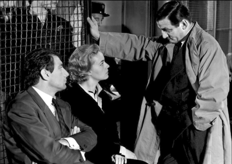 The great star of the polar Lino Ventura is a police officer questioning Jeanne Moreau