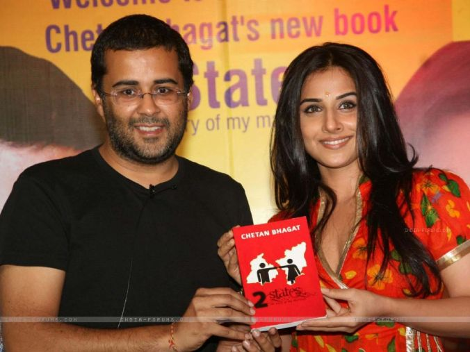 Bollywood star Vidya Balan (from Kerala) at the launch of Chetan Bhagat''s new book 2 STATES at Oberoi Mall, Goregaon in 2009