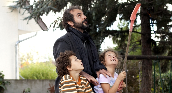 Ahmad (Ali Mosaffa) with Léa (Jeanne Jestin) and Fouad (Elyes Aguis) (photo © Carole Bethuel)