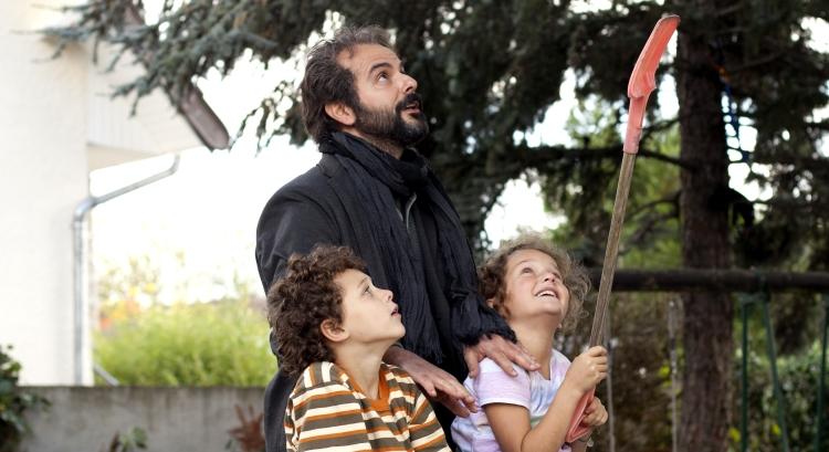 Ahmad (Ali Mosaffa) with Léa (Jeanne Jestin) and Fouad (Elyes Aguis) (photo © Carole Bethuel)