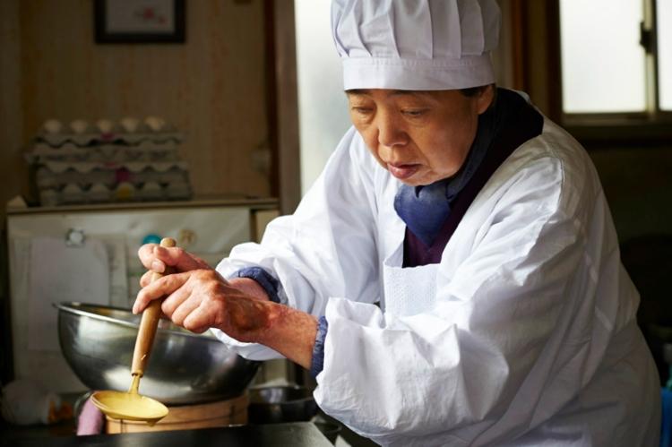 Tokue makes dorayaki